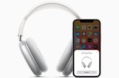 Câștigă o pereche de căști Apple AirPods Max