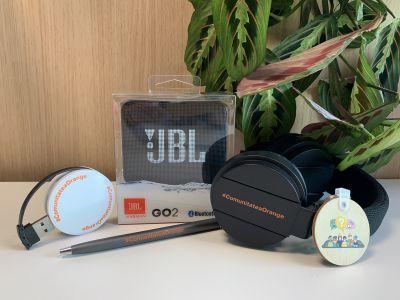 Câștigă 10 premii, fiecare conținând: o boxă bluetooth JBL Go 2, căști bluetooth, USB hub, pix și breloc