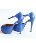 Castiga o pereche de sandale si o pereche de pantofi