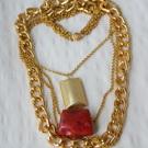 Castiga un colier din lanturi cu accesorii metalice placate